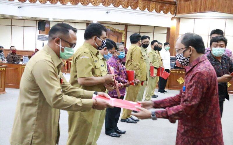 Penyerahan bantuan pendidikan oleh Gubernur Bali I Wayan Koster kepada pihak sekolah. - Ist