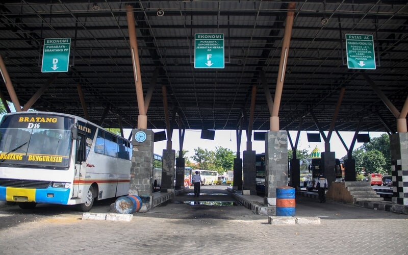 Sejumlah bus rute dalam kota terparkir di Terminal Purabaya Bungurasih, Sidoarjo, Jawa Timur, Minggu (10/5/2020). Meski telah diizinkan Menteri Perhubungan untuk melayani warga berkebutuhan mendesak sesuai protokol kesehatan mulai Kamis (7/5) para petugas setempat masih menunggu petunjuk teknis dan petunjuk pelaksanaanya untuk diterapkan di lapangan. - Antara/Umarul Faruq