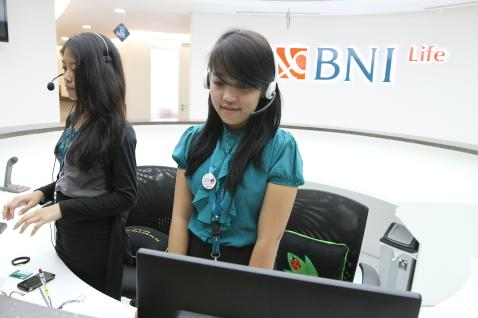 Karyawan bekerja di depan logo BNI Life / Istimewa