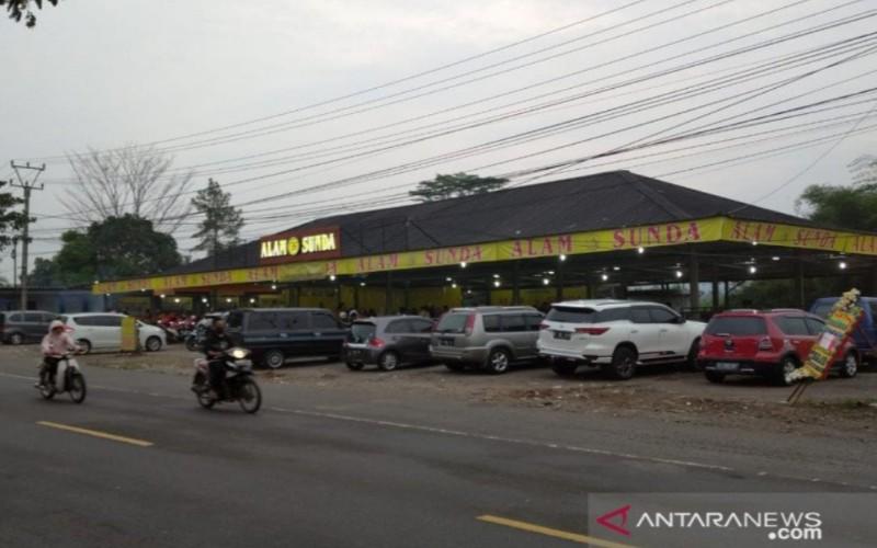 Longgarnya pemeriksaan selama PSBB parsial di Cianjur, Jawa Barat, terlihat di sejumlah tempat makan yang masih tetap buka dan melayani pembeli yang masih minim kesadarannya untuk memutus rantai penyebaran Covid-19 di wilayah tersebut. - Antara