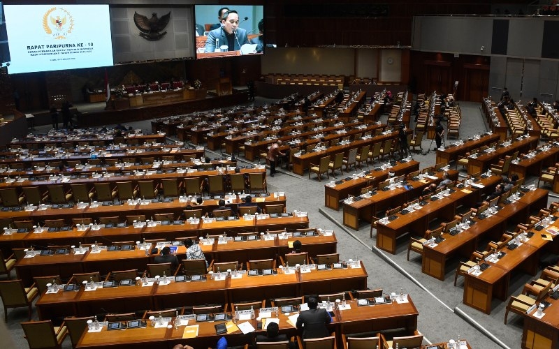 Sejumlah anggota DPR mengikuti Rapat Paripurna 10 Masa Persidangan II Tahun 2019-2020 di Kompleks Parlemen, Senayan, Jakarta, Kamis (6/2/2020). - ANTARA FOTO/Puspa Perwitasari\n