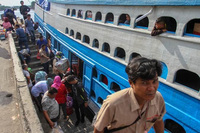 Sejumlah penumpang bersiap masuk ke dalam KM Jelatik Ekspres yang hendak berangkat di Pelabuhan Sei Duku Pekanbaru, Riau, Kamis (233/5/2019). - ANTARA/Rony Muharrman