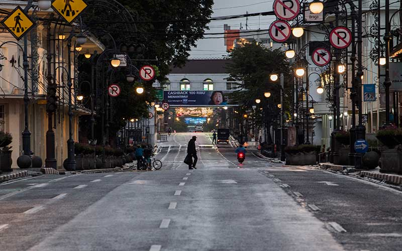 Suasana penutupan Jalan Asia Afrika saat Pembatasan Sosial Berskala Besar (PSBB) di Bandung, Jawa Barat, Jumat (17/4/2020). . ANTARA FOTO - M Agung Rajasa
