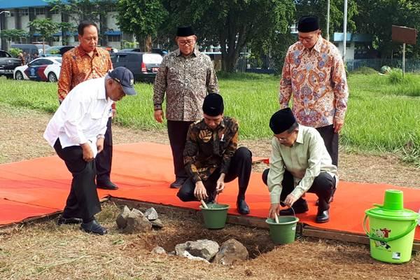 Presiden Joko Widodo (tengah depan) dan Wakil Presiden Jusuf Kalla (kanan depan) bersama sejumlah menteri saat peletakan batu pertama pembangunan Universitas Islam Internasional Indonesia (UIII) di Depok, Jawa Barat, Selasa (5/6/2018). - Bisnis/Amanda Kusumawardhani