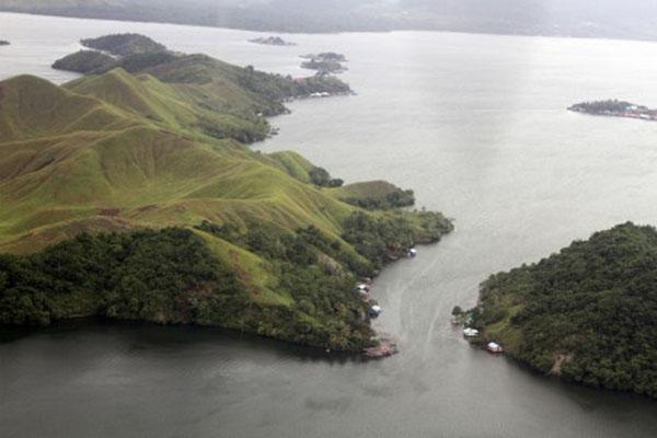 Danau Sentani di Kabupaten Jayapura, Papua, pada Jumat (15/3/2019). Danau di bawah kaki Pegunungan Cycloops itu memiliki luas sekitar 9.360 hektare yang di dalamnya terdapat 22 pulau dan merupakan danau terbesar di Papua. - Antara/Yulius Satria Wijaya