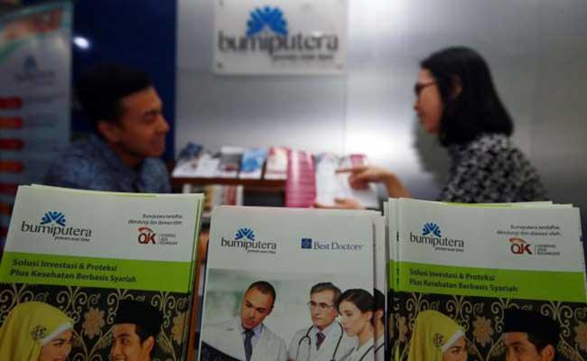 Karyawan menawarkan produk Asuransi Bumiputera di Jakarta. Bisnis - Abdullah Azzam