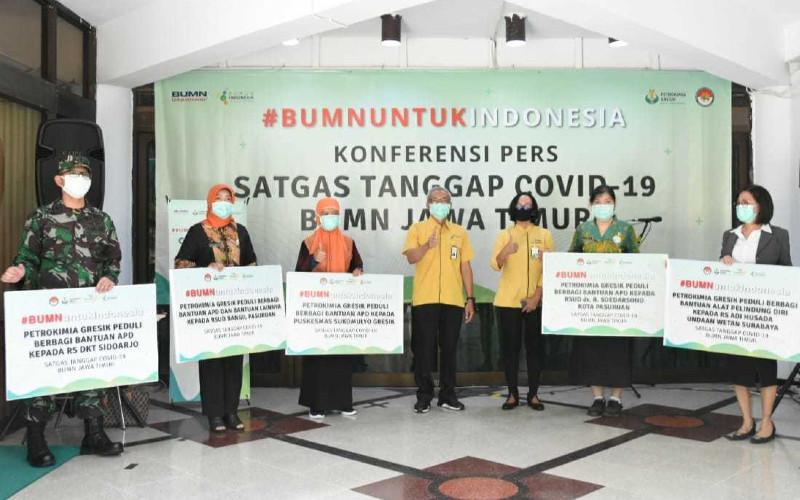 Direksi PT Petrokimia Gresik (no. 4 dan 5 dari kiri) menyerahkan alat pelindung diri (APD) kepada RS DKT Sidoarjo, RSUD Bangil Pasuruan, Puskesmas Sukomulyo Gresik RSUD dr. R Soedarsono Kota Pasuruan, dan RS Adi Husada Undaan Wetan Surabaya. Penyerahan bantuan dilaksanakan di Posko Satgas Tanggap Covid-19 BUMN Jawa Timur, Gedung Serbaguna Tri Dharma Petrokimia Gresik. (23/04/2020).  - PETROKIMIA GRESIK