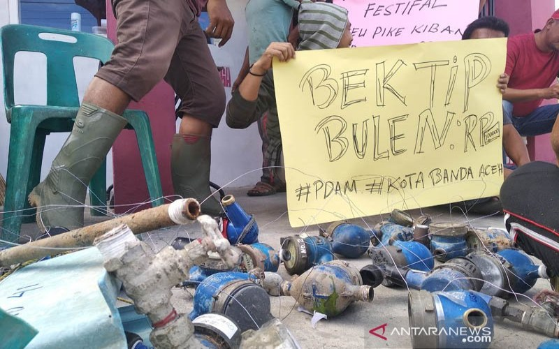 Meteran air yang dibongkar warga Gampong Cot Lamkeuweuh, Kecamatan Meuraxa, Kota Banda Aceh, Minggu (4/8/2019). Warga membongkar meteran tersebut sebagai bentuk protes dan kecewa karena air bersih tidak lagi mengalir ke rumah mereka sejak beberapa tahun terakhir. - ANTARA/M. Haris S.A.