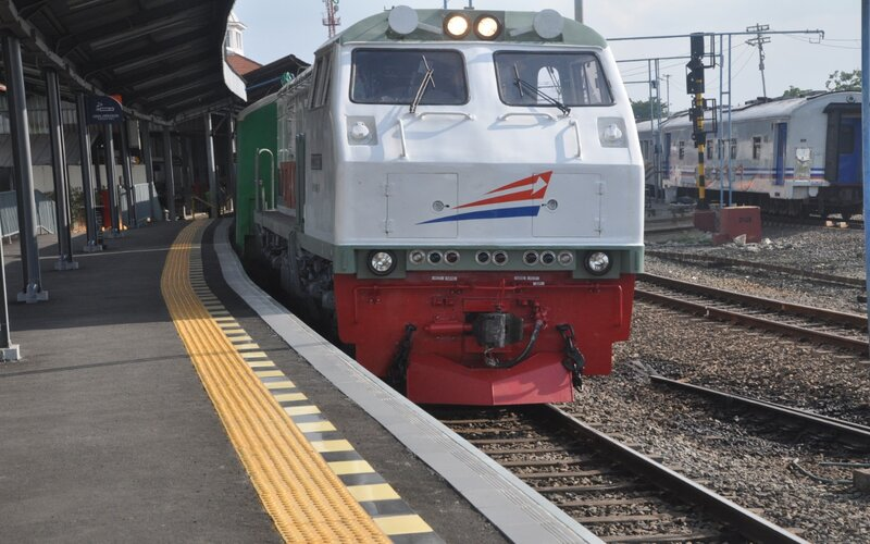 Pengoperasian kereta luar biasa (KLB) di Stasiun Tawang Semarang.