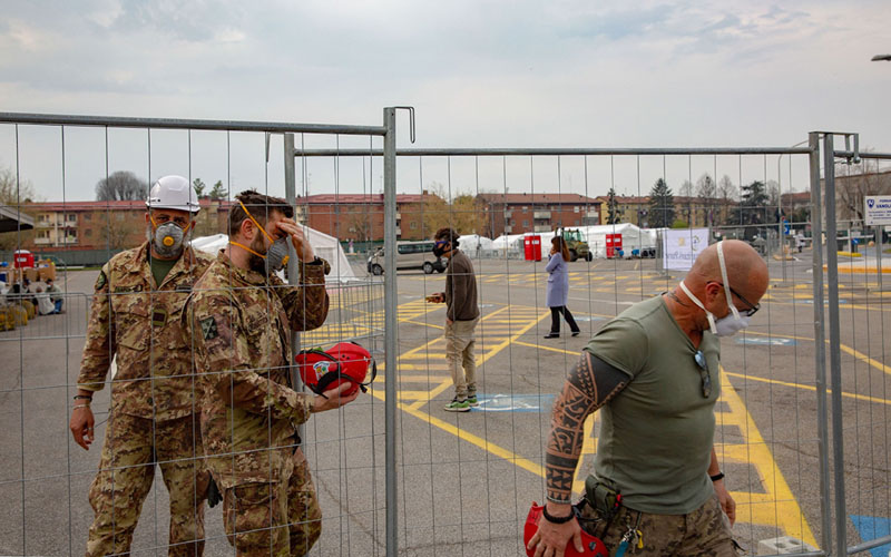 Tentara membangun rumah sakit lapangan untuk perawatan pasien corona di Cremona, Italia./Bloomberg - Francesca Volpi