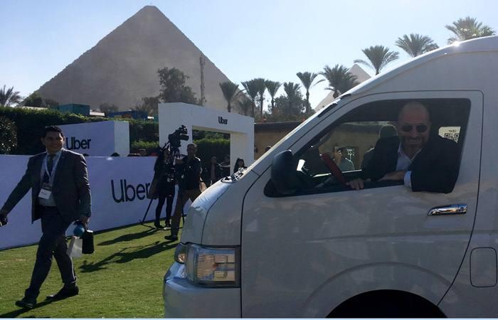 CE Uber Dara Khosrowshahi tengah mengendarai salah satu mobil berbasis aplikasi Uber. - Reuters/Lena Masri