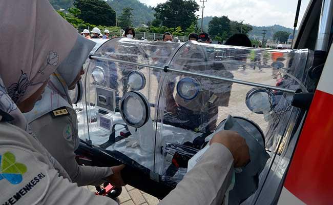 Petugas Kantor Kesehatan Pelabuhan (KKP) mempersiapkan Kapsul evakuasi atau isolation chamber digunakan untuk orang yang diduga mengalami gejala virus corona di pelabuhan IPC Panjang, Bandar Lampung, Lampung, Selasa (29/1/2020). Petugas Kantor Kesehatan Pelabuhan (KKP) juga melakuakan pengecekan suhu tubuh (thermoscan) terhadap anak buah kapal (ABK) yang berlabuh di pelabuhan IPC Panjang Bandar Lampung. ANTARA FOTO - Ardiansyah