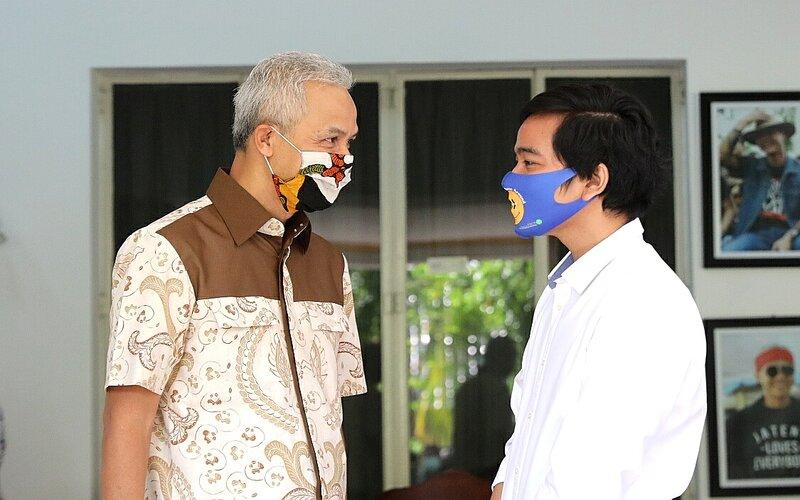 Gubernur Jawa Tengah Ganjar Pranowo (kiri) saat berbincang dengan putra Presiden RI Joko Widodo.