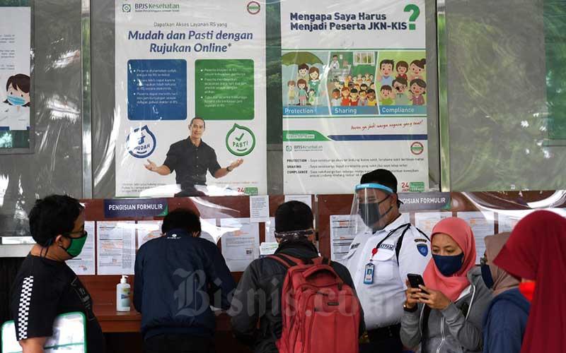 Warga mengantre di kantor BPJS Kesehatan di Jakarta, Senin (4/5/2020). Bisnis - Abdurachman