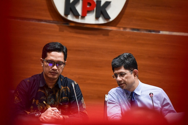 Mantan Wakil Ketua KPK Laode Muhammad Syarif (kanan) didampingi mantan juru bicara KPK Febri Diansyah. - ANTARA FOTO/Hafidz Mubarak