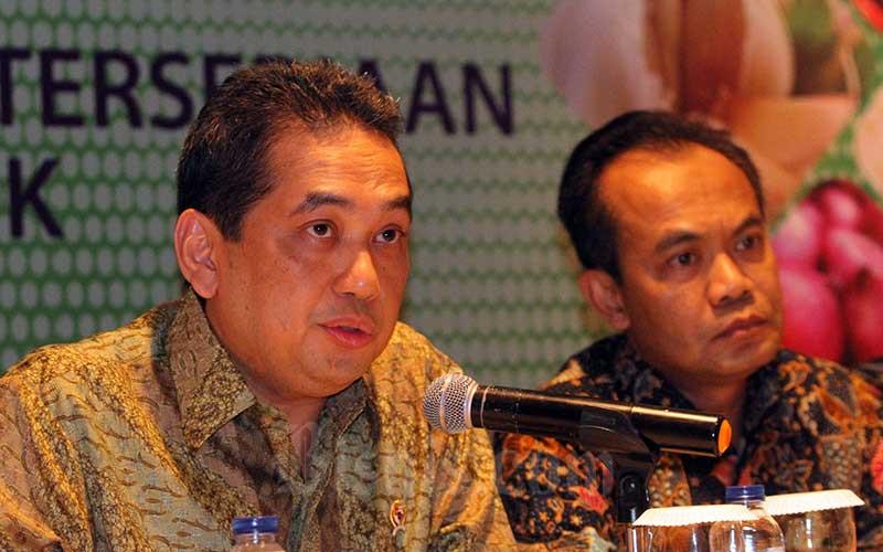 Menteri Perdagangan Agus Suparmanto (kiri) didampingi Sekretaris Menteri Koordinator Bidang Perekonomian Susiwijono memberikan penjelasan mengenai Koordinasi Stabilisasi Harga Bahan Pokok Menjelang Puasa dan Lebaran 2020 dan Wabah Covid-19 di Indonesia, di Jakarta, Selasa (3/2/2020). Bisnis - Dedi Gunawan