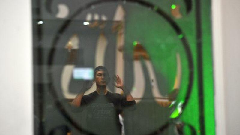 Umat Islam melakukan salat sunah saat beriktikaf di Masjid Baiturrahmah Padang, Sumatra Barat, Sabtu (25/5/2019) malam. - Antara/Iggoy el Fitra