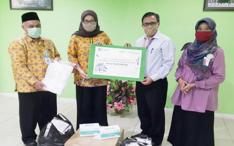 Bank Muamalat menyerahkan donasi ke RS Roemani Semarang. (Foto: Istimewa)