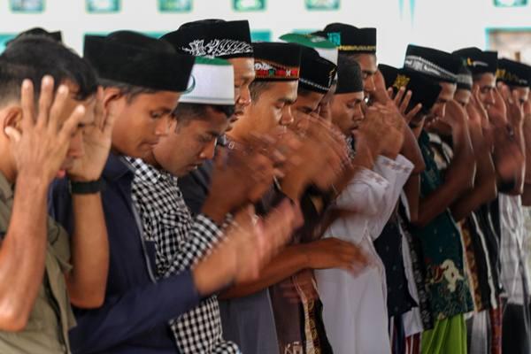 Ilustrasi - Pengungsi etnis Rohingya melaksanakan Salat Idulfitri 1439 H di tempat penampungan sementara komplek SKB Cot Gapu, Bireuen, Provinsi Aceh. Jumat (15/6). - Antara
