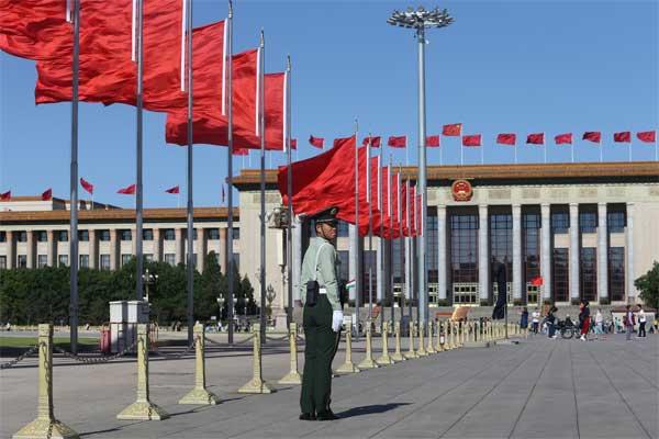 Bendera China dikibarkan di lapangan Tiananmen untuk menyambut the Belt and Road Forum atau KTT Jalur Sutra, di Beijing, China, Sabtu (13/5). - Reuters