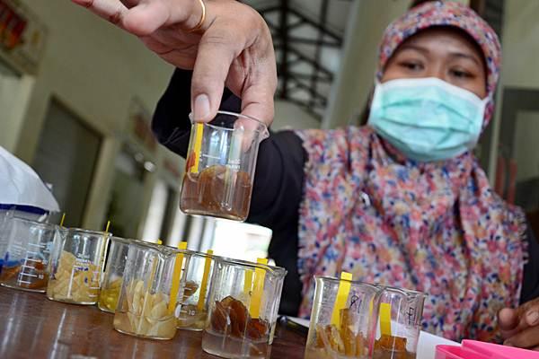 Petugas Balai POM menguji contoh makanan saat melakukan pengawasan produk pangan jelang Ramadan - Antara