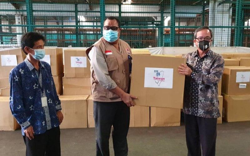 Kepala TETO John Chen(kanan) menyerahkan donasi masker ke pejabat BNPB (tengah) disaksikan oleh pejabat dari Kementerian Perdagangan Indonesia - Dok/Kantor Perwakilan Taiwan di Indonesia