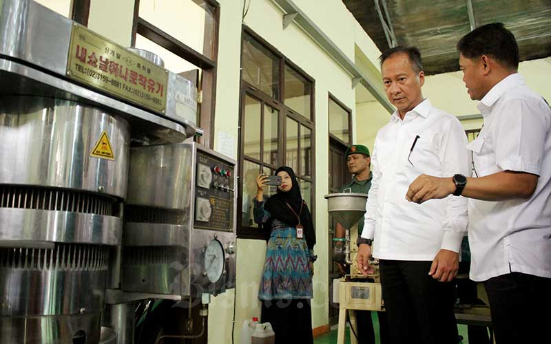 Menteri Perindustrian Agus Gumiwang Kartasasmita (kedua kanan) meninjau sarana dan prasarana pelatihan usai membuka program Pelatihan, Sertifikasi dan Penempatan Kerja (Diklat 3 in 1) di Balai Diklat Industri Makassar, Sulawesi Selatan, Senin (10/2/2020). ANTARA FOTO - Arnas Padda
