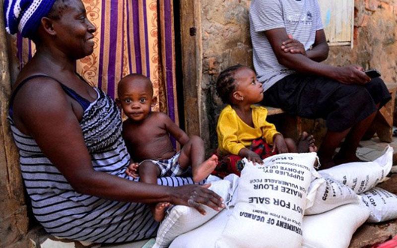 Satu keluarga di Kampala, Uganda, menerima bantuan bahan pokok. Kondisi ekonomi warga Uganda, sebagaimana di negara-negara lain termasuk Indonesia, banyak yang terdampak pandemi Covid-19./Antara - Reuters