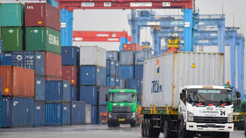Ilustrasi aktivitas truk membawa muatan peti kemas di pelabuhan. -  ANTARA / M Risyal Hidayat