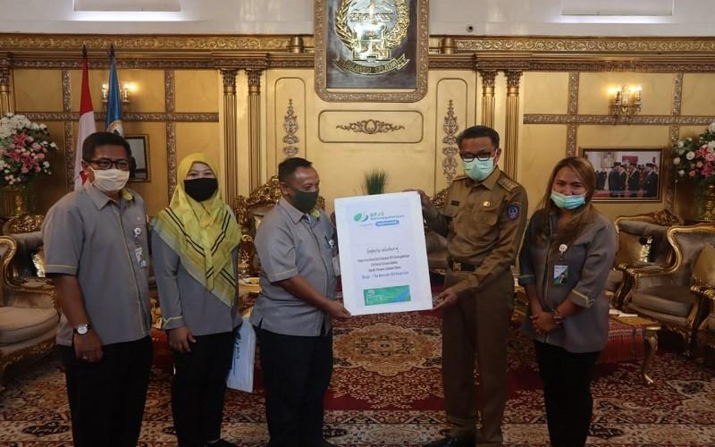 Deputi Direktur BP Jamsostek Wilayah Sulawesi Maluku, Toto Suharto menyerahkan donasi berupa dua ton beras, 1.000 masker, dan 100 APD kepada Gubernur Sulsel, Nurdin Abdullah.