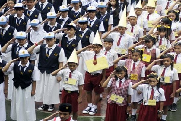 Ilustrasi  - Siswa baru mengikuti upacara bendera di SMPN 4 Jakarta pada hari pertama sekolah Senin (15/7/2013). - Antara