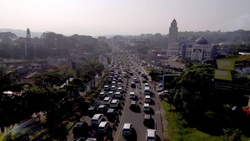 Sejumlah kendaraan memadati jalur Puncak di Gadog, Bogor, Jawa Barat, Kamis (6/6/2019). Memasuki libur hari kedua Lebaran, wisatawan mulai memadati jalur Puncak Bogor sehingga Polres Bogor memberlakukan rekayasa lalu lintas sistem buka tutup serta pemberlakuan