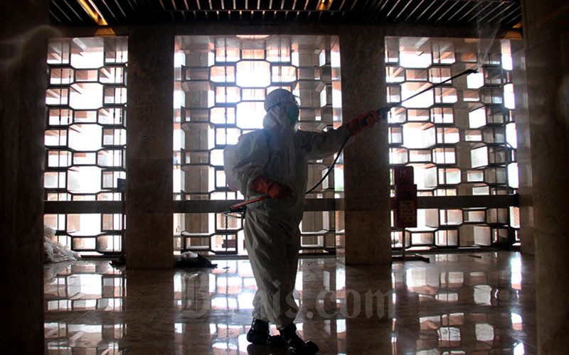 Ilustrasi-Petugas melakukan penyemprotan cairan disinfektan di area Masjid Istiqlal di Jakarta, Jumat (13/3 - 2020).