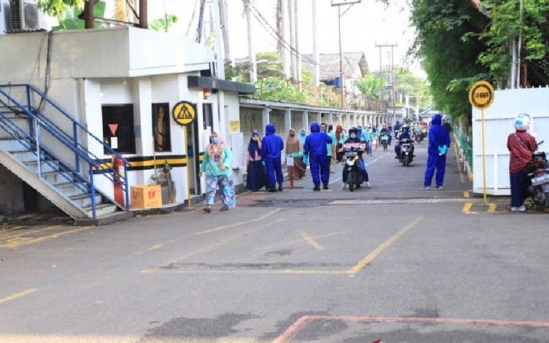 Aktivitas pekerja di sebuah perusahaan di Kota Tangerang. - Antara