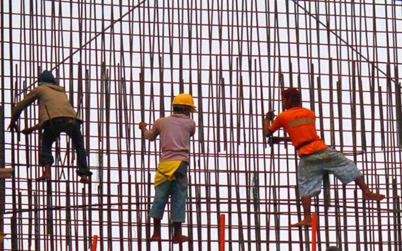 Pekerja menyelesaikan pembangunan konstruksi jalan tol. - Bloomberg - Dimas Ardian