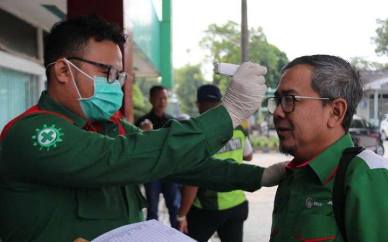Pegawai PT Semen Baturaja (Persero) Tbk diperiksa suhu tubuhnya sebagai pencegahan Covid - 19. istimewa