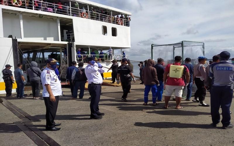 Penjemputan 21 WNI asal Kabupaten Wajo di Pelabuhan Nusantara Kota Parepare. Warga yang datang dari Tawau, Malaysia itu dinyatakan sudah melakukan rapid test di Pelabuhan Nunukan, Kalimantan Timur - Istimewa