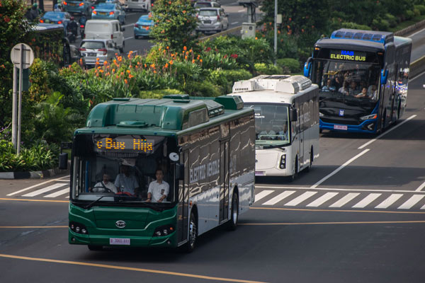 Tiga bus listrik melintas saat diuji coba di Jalan MH Thamrin, Jakarta, Senin (29/4/2019). Pemprov DKI Jakarta bersama PT TransJakarta dan PT Bakrie & Brother Tbk menyelenggarakan uji coba bus listrik yang bertujuan untuk memastikan penggunaan kendaraan listrik sebagai alat transportasi umum di Jakarta.  - ANTARA