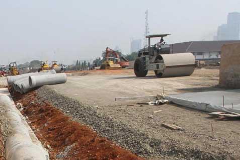 Sejumlah alat berat tengah dikerahkan dalam pembangunan di salah satu proyek jalan tol. - Bisnis