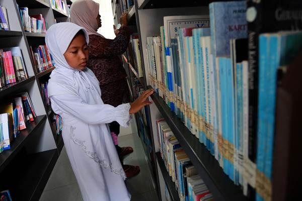 Pengunjung memilih buku bacaan di Perpustakaan Bung Karno di Blitar, Jawa Timur, Selasa (5 Januari 2016). Berdasarkan penilaian UNDP, Indeks Pembangunan Manusia (IPM) Indonesia tahun 2014 masih berada pada peringkat 108 dari 187 negara, dengan indeks kebiasaan membaca berkisar antara nol hingga satu judul buku per tahun.  -  Antara / Irfan Anshori