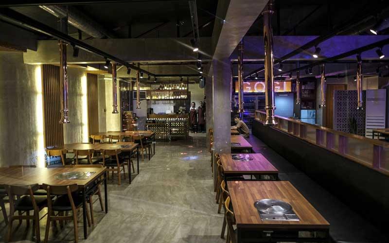 Warga duduk di restoran sebelum jam malam yang diberlakukan karena corona virus di Kota Makati, Metro Manila, Filipina, Senin (16/3/2020). Bloomberg - Veejay Villafranca