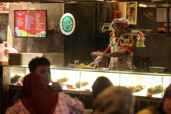 Juru masak menyiapkan hidangan untuk konsumen di Mal Grand Indonesia, Jakarta, Rabu (20/7/2016). - ANTARA FOTO/Muhammad Adimaja