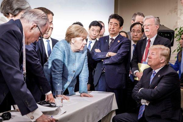 Kanselir Jerman Angela Merkel berbicara kepada Presiden AS Donald Trump dalam pertemuan G7 hari kedua di La Malbaie, Quebec, Kanada, Sabtu (9/6). - Jesco Denzel via Reuters