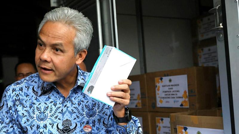 Gubernur Jateng Ganjar Pranowo saat melepas truk pengangkut untuk Pengiriman 41.250 masker ke Hongkong Taiwan dan Singapura, pada Senin (17/2/2020). - Bisnis/Alif Nazzala Rizqi