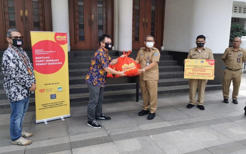 Proses penyerahan bantuan donasi dari Indosat ke perwakilan Kota Bandung.