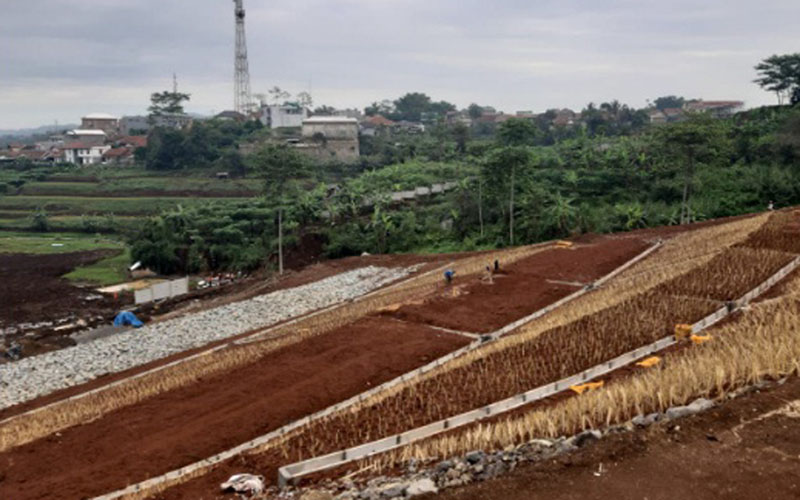 Penanganan dampak longsor di jalan tol Cipularang./Istimewa - PT Jasa Marga