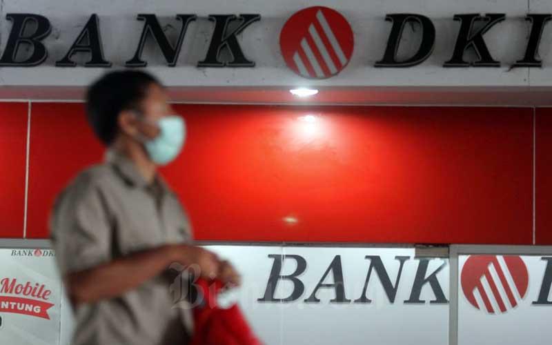 Warga melintas di depan logo Bank DKI di Jakarta, Selasa (5/5/2020). Bisnis - Arief Hermawan P