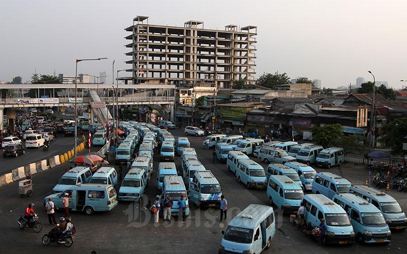 Sejumlah angkutan umum terparkir di Terminal Kampung Melayu, Jakarta, Jumat (2/8/2019). Bisnis - Arief Hermawan P