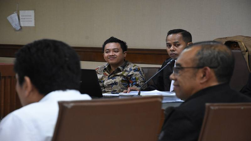 Terdakwa asisten mantan Menteri Pemuda dan Olahraga Imam Nahrawi, Miftahul Ulum (kedua kiri) mendengarkan kesaksian dari Sesmenpora Gatot S. Dewa Broto (kanan) pada sidang lanjutan kasus suap penyaluran pembiayaan skema bantuan pemerintah melalui Kemenpora kepada KONI di Pengadilan Tipikor, Jakarta, Kamis (13/2/2020). - Antara