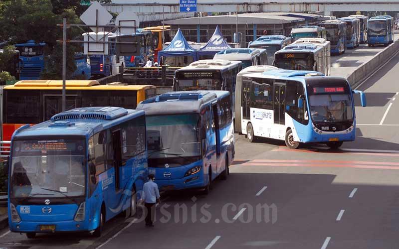 Bus Transjakarta berada di Halte Harmoni, Jakarta, Selasa (31/3/2020). Bisnis - Himawan L Nugraha